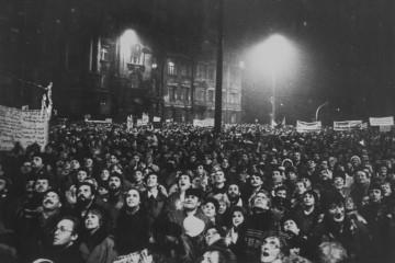 """Am 4. Dezember 1989 wird die """"Runde Ecke"""" besetzt. Teilnehmer der Montagsdemonstration stehen staunend vor dem besetzten Gebäude. Das Foto stammt aus der Ausstellung im Museum in der """"Runden Ecke""""  © Thomas Victor"""