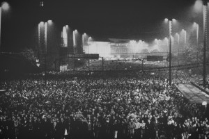 """Am Abend des 9. Oktober demonstrieren circa 70.000 Menschen in Leipzig. Das Foto stammt aus der Ausstellung im Museum in der """"Runden Ecke"""" © Thomas Victor"""