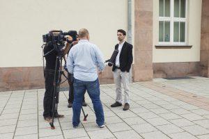 Für das Interview mit dem MDR mussten wir in den bewachten Parkplatz des Rathauses ausweichen. Auf der Straße war es zu gefährlich.